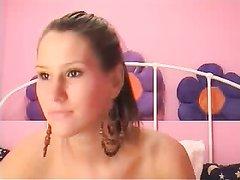 Фигуристая леди перед вебкамерой занялась любительской анальной мастурбацией