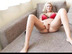 Немецкая блондинка с бритой киской предалась любительской мастурбации