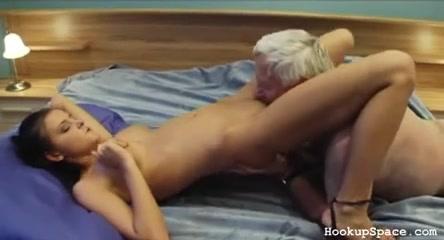 Зрелый толстяк снял молодую брюнетку для любительского секса с куни и минетом