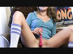 Красотка перед вебкамерой предалась любительской мастурбации киски