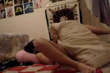 Молодая брюнетка обнажилась и легла в постель для мастурбации сладкой щели