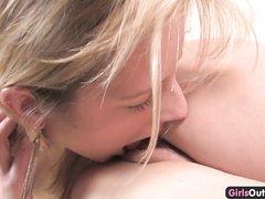 Блондинка с брюнеткой в постели занялись домашним лесбийским сексом с куни