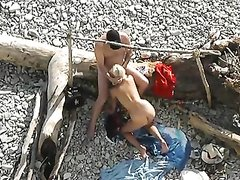 Подглядывание группового любительского секса со зрелой блондинкой на пляже