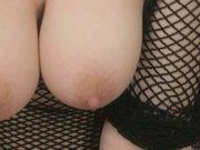 Брюнетка эмо в сетчатых чулках оседлала секс игрушку для домашней мастурбации