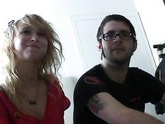 Загорелая блондинка скинув одежду занялась домашним сексом в постели