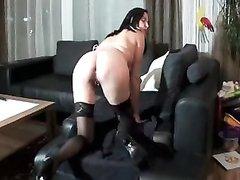 Любительский анальный фистинг и мастурбация ануса развратницы в чулках