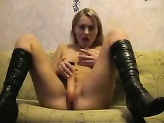 Русская блондинка с маленькими сиськами балдеет от домашней мастурбации