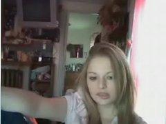 Молодая блондинка с бритой киской занялась домашней мастурбацией с фаллосом