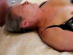 Развратник перед скрытой камерой дрочит член и кончает на лицо зрелой домохозяйки