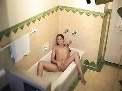 Любительская мастурбация девушки с маленькими сиськами перед скрытой камерой