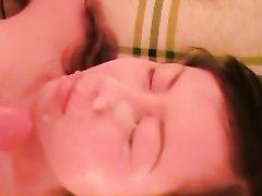 Нежная азиатка крупным планом сосёт член любовника для окончания на лицо
