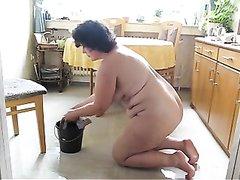 Любительское подглядывание за зрелой толстухой убирающейся обнажённой