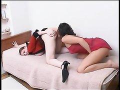 Грудастая русская лесбиянка в постели ласкается с любовницей надевшей страпон