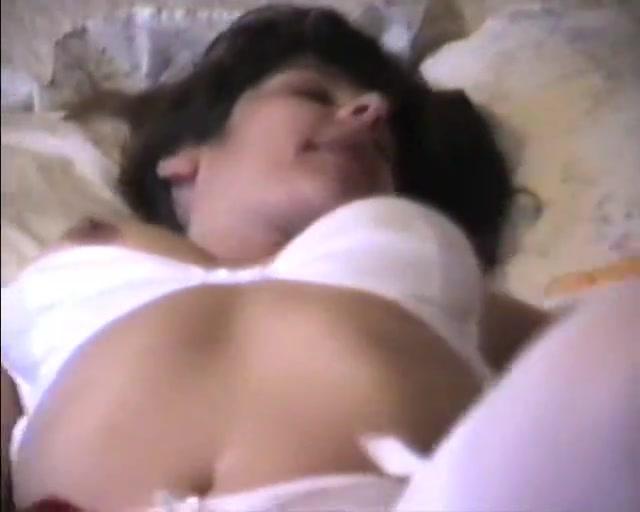 Смуглянка в чулках мастурбирует волосатую киску домашней секс игрушкой