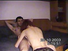 Рыжая зрелая домохозяйка перед скрытой камерой отдалась молодому хахалю