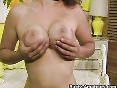 Грудастая домохозяйка в чулках перед вебкамерой мастурбирует щель секс игрушкой