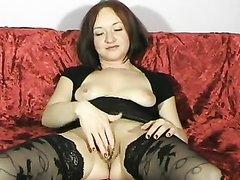Брюнетка раскинула ножки в чулках на столе видео, русская женщина показала клитор