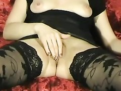Брюнетка в чулках для любительской мастурбации клитора раздвинула ноги