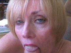 Минет и домашний секс с окончанием на лицо и в рот грудастой зрелой блондинки