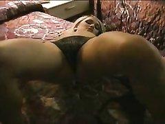 Блондинка с маленькими сиськами разделась для любительской мастурбации