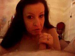 Шикарный домашний минет с окончанием на лицо гламурной зрелой проститутки