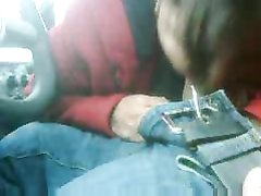 Зрелая латинская шлюха строчит домашний минет молодому водителю в машине