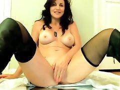 Зрелая брюнетка с загаром перед домашней вебкамерой мастурбирует киску