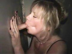 Зрелая блондинка усердно чеканит домашний минет молодому незнакомцу