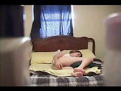 Домашнее подглядывание за вечерней мастурбацией красивой дамы в постели