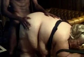 Зрелая и толстая блондинка отсосав чёрный член трахается с молодым негром