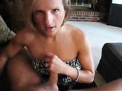 Любительский минет от первого лица в исполнении нежной зрелой блондинки