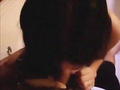Латинская проститутка усердно строчит домашний минет от первого лица