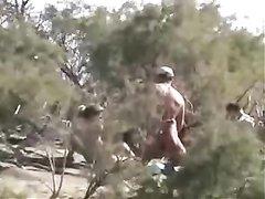 Подглядывание за супружеской парой занявшейся самоудовлетворением в кустах