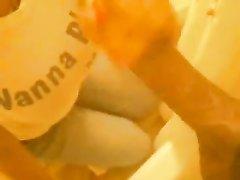 Молодая негритянка делая домашний минет для окончания на лицо сосёт чёрный член