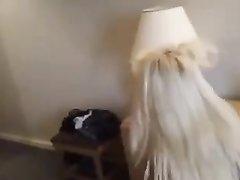 Гламурная блондинка желая окончания на лицо строчит любительский минет