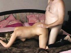 Домохозяйка с маленькими сиськами в позе наездницы трахается с толстяком