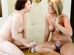 Зрелые лесбиянки получают удовольствие от любительской мастурбации с кремом