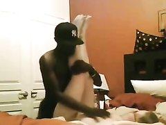 Негр перед скрытой камерой чёрным членом трахает зрелую белую домохозяйку