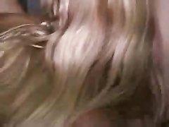 Блондинка в туалете лижет сладкую киску рыжей лесбиянке в белых сапогах