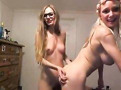 Худые лесбиянки по любительской вебкамере показывают аппетитные прелести