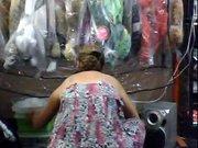 Зрелая домохозяйка с гордостью показывает крупным планом большие сиськи