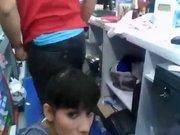 Продавщица в магазине строчит домашний минет клиенту перед скрытой камерой