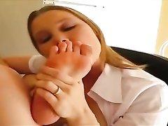 Домашний фут фетиш с окончанием на ноги молодой широкобёдрой соблазнительницы
