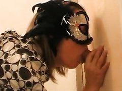 Красотка в маске строчит любительский минет незнакомцу для окончания в рот