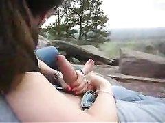 Девушка на природе нежно чеканит домашний минет возбуждённому спутнику