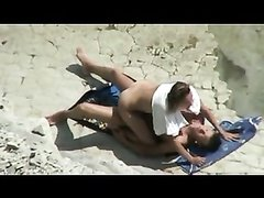 Домашнее подглядывание за супружеской парой трахающейся на песчаном пляже