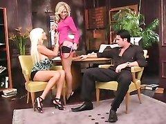 Домашний секс втроём с окончанием на лица гламурных блондинок с большими сиськами