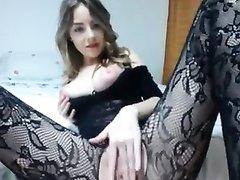 Грудастая красотка в колготках перед вебкамерой занялась домашней мастурбацией