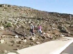 Молодая блондинка в машине раздвинула ноги для домашней мастурбации киски