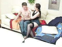 Русская зрелая дама в чулках сделав домашний минет трахается с молодым парнем